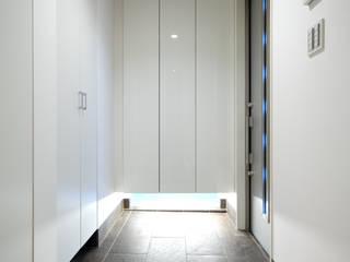 3つの天窓のある家: 前田敦計画工房が手掛けた廊下 & 玄関です。