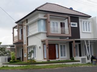 Fasad Rumah Minimalis Tropis:   by PT. Yukatania Mandiri