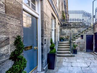 Entrance to a refurbished listed basement flat, Edinburgh New Town od Capital A Architecture Minimalistyczny