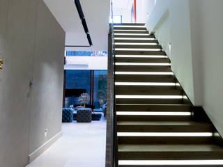 STUDIO COCOONS 現代風玄關、走廊與階梯