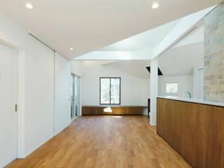 前田敦計画工房 Salas de estilo moderno