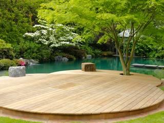 Schwimmteich in einem klassischen Garten von Jürgen Kirchner Wasser + Garten Klassisch