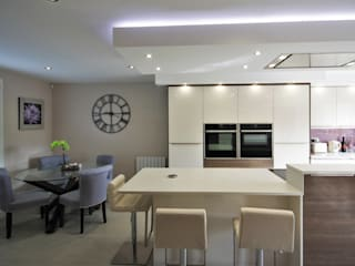 Modern Ivory Gloss Kitchen Diner Mixed With Old American Panelling Cocinas modernas de Kitchencraft Moderno