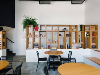Cookie Stories Café: Lojas e imóveis comerciais  por Solo Arquitetos,Industrial