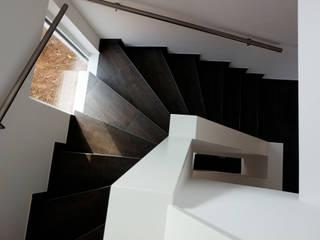 Neubau Wohnhaus Aschaffenburg:  Flur & Diele von Resonator Coop Architektur + Design,