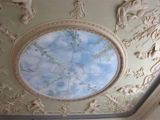 Soffitto dipinto a cielo: Soggiorno in stile in stile Classico di Colori nel Tempo - decorazioni pittoriche