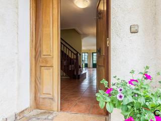 Pasillos, vestíbulos y escaleras de estilo rural de CCVO Design and Staging Rural