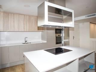 Grupo Inventia Cocinas de estilo moderno Compuestos de madera y plástico Beige