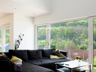 Neubau Wohnhaus Sulzbach:  Wohnzimmer von Resonator Coop Architektur + Design,