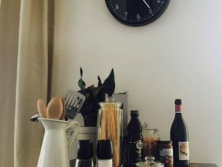 Interior Design Service: Expat-Wohnung Moderne Küchen von The Harrison Spirit Modern