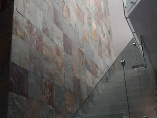 ESCALERA DOBLE ALTURA: Pasillos y recibidores de estilo  por ARQUITECTURA CONSTRUCCION