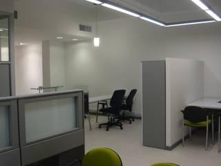Oficinas Zona Franca Tocancipá: Oficinas y Tiendas de estilo  por Obras Son Amores,