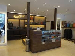 Tiendas Michel Domit: Centros Comerciales de estilo  por IDEES Interiores & Mobiliario