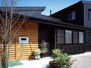 玄関: 有島忠男設計工房が手掛けた二世帯住宅です。