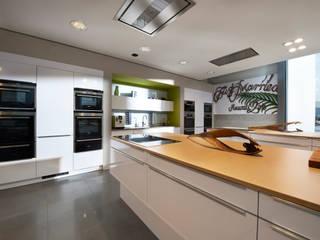 di Küchen-Design KARL RUSS Moderno