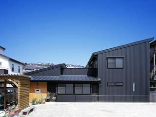 南側外観: 有島忠男設計工房が手掛けた二世帯住宅です。