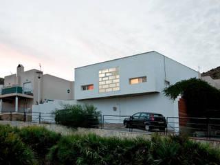Casa Abad, casita en la playa: Casas de estilo  de Office for Strategic Spaces (OSS)