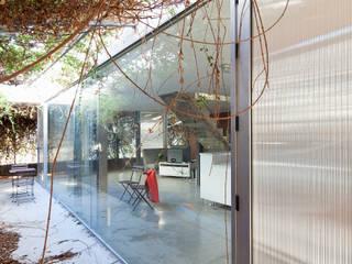 Casa Abad, casita en la playa: Comedores de estilo  de Office for Strategic Spaces (OSS)