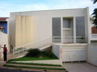 RESIDÊNCIA LUCIANE BIANCHI: Casas familiares  por Gustavo Gomes Arquiteto,Moderno