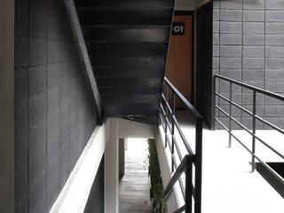 Boutique de Arquitectura (Sonotectura + Refaccionaria) ห้องโถงทางเดินและบันไดสมัยใหม่