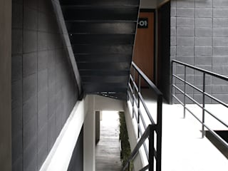 Boutique de Arquitectura (Sonotectura + Refaccionaria) Modern corridor, hallway & stairs