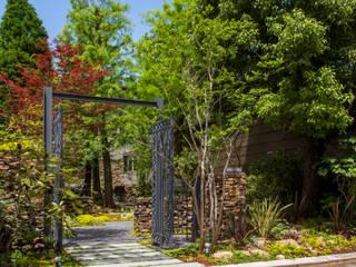 GULIGULIの庭: 株式会社 荒木造園設計が手掛けたアプローチです。