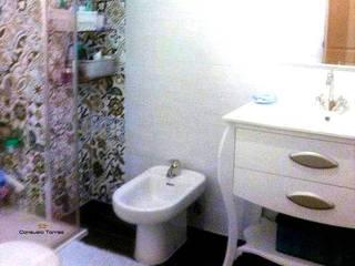 Cuarto de baño azul y blanco: Baños de estilo  de CONSUELO TORRES
