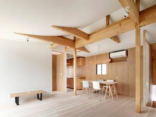鬼頭知巳建築設計事務所 Soggiorno moderno Legno Effetto legno