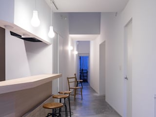 Pasillos y vestíbulos de estilo  de 一色玲児 建築設計事務所 / ISSHIKI REIJI ARCHITECTS,
