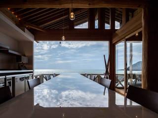 海岸の突端に立つ民家のリノベーション: 水谷壮市が手掛けたレストランです。