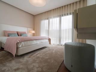 Suite de casal: Quartos minimalistas por UNISSIMA Home Couture