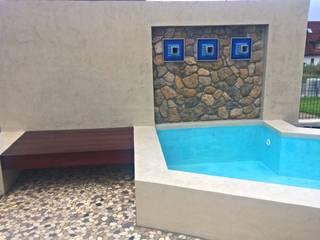 Kleiner Pool mit Wasserfall, Terrasse und Holzdeck: moderner Garten von Neues Gartendesign by Wentzel