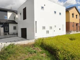 ミニマルな家: 杉浦建築計画事務所が手掛けた一戸建て住宅です。
