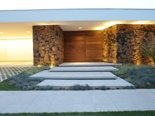 by R|7 Mila Ricetti Arquitetos Associados Сучасний