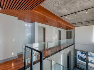 Modern Corridor, Hallway and Staircase by ME Fotografia de Imóveis Modern