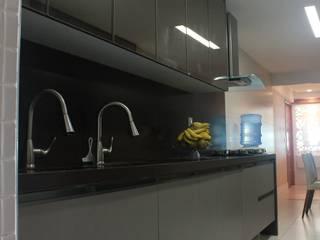 Design de Interiores de Apartamento à Beira-Mar :  tropical por ARQUITETOS POR HORA,Tropical