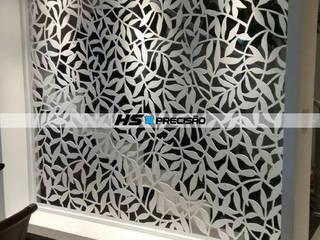Divisórias, Portas decorativas, Guarda-Corpo, Painéis para parede, Fachadas e Portões.  : Corredores e halls de entrada  por HS Precisão - Metal Design,Moderno