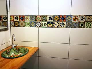 Farbenfrohes Badezimmer mit bunten Fliesen und Waschbecken: tropische Badezimmer von Mexambiente e.K.