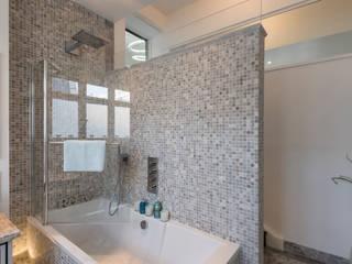Bathroom:  Bathroom by Prestige Architects By Marco Braghiroli