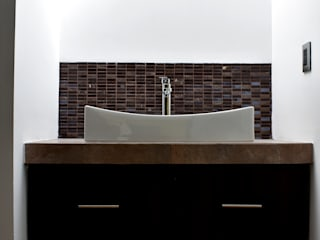 Modern style bathrooms by CONSTRUCTORA ARQOCE Modern