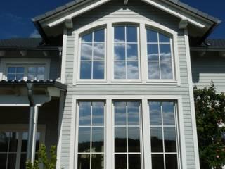 Holzhaus im amerikanischen Stil: Haus Georgia:  Holzfenster von Skan-Hus Projekt GmbH