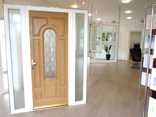 Entrance Doors de Oakley Green Conservatories Moderno