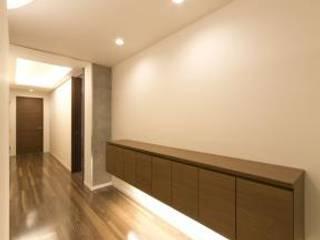 K邸: 隠れ家のある家: OLC JAPAN 一級建築士事務所が手掛けた廊下 & 玄関です。