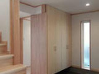 五條の家: 建築工房 感 設計事務所 が手掛けた廊下 & 玄関です。,