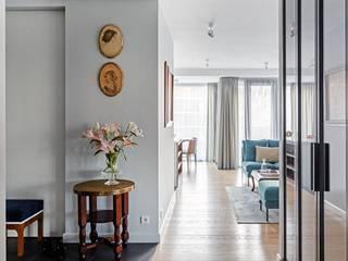 Apartament na Artystycznym Żoliborzu Eklektyczny korytarz, przedpokój i schody od OIKOI Eklektyczny