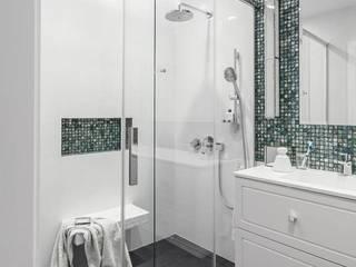 Apartament na Artystycznym Żoliborzu : styl , w kategorii Łazienka zaprojektowany przez OIKOI
