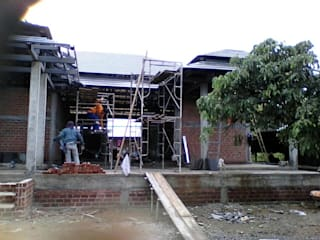 Casas unifamiliares de estilo  por ช่างณีมิตรรับซ่อมบ้านออกแบบต่อเติมรับเหมาก่อสร้าง, Colonial