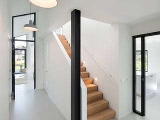 Modern woonhuis aan het water Moderne gangen, hallen & trappenhuizen van BNLA architecten Modern