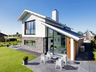 Modern woonhuis aan het water: moderne Huizen door BNLA architecten