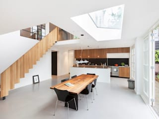 Moderne dijkwoning in Amsterdam Moderne eetkamers van BNLA architecten Modern